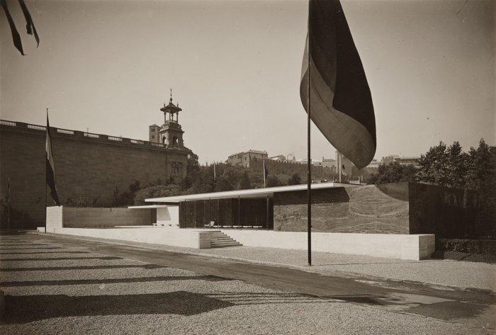 berliner-bild-bericht-barcelona-pavillon-frontseite-von-nordost-gesehen-1929-vintage-gelatin-silver-print-15-8-x-23-1-cm